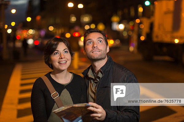 Paar Lesung Stadtplan bei Nacht