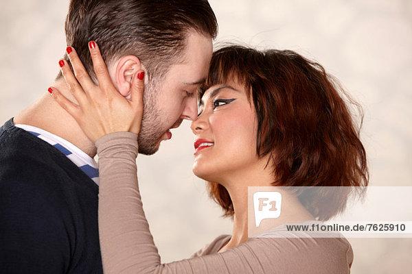 Nahaufnahme von Paarumarmungen