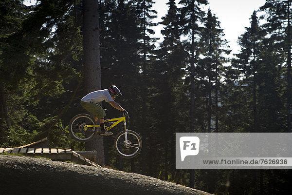 Berg  Mann  In der Luft schwebend  Downhill mountain biking  Deutschland  Winterberg