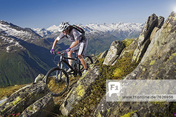 Mountainbiker in den Alpen,  Andermatt,  Schweiz