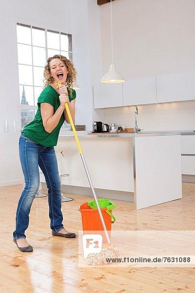 Frau  Boden  Fußboden  Fußböden  Küche  Gesang  reinigen