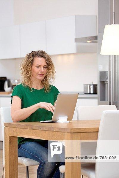 Interior  zu Hause  Frau  Computer  arbeiten  Individualität  jung