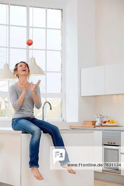 Frau  werfen  Gesundheit  Himmel  jung  Apfel
