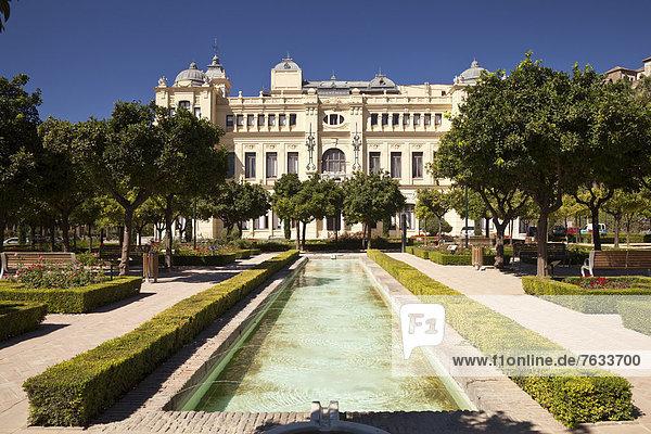 Gartenanlage Jardines de Pedro Luis Alonso mit Rathaus el Ayountamiento  M·laga  Andalusien  Spanien  Europa  ÖffentlicherGrund