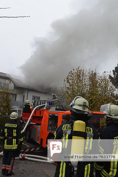Dach löschen Europa Gerät Feuer ausatmen Kleidung Baden-Württemberg Deutschland