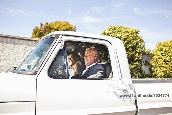 Braut  Menschlicher Vater  fahren  Hispanier  Lastkraftwagen