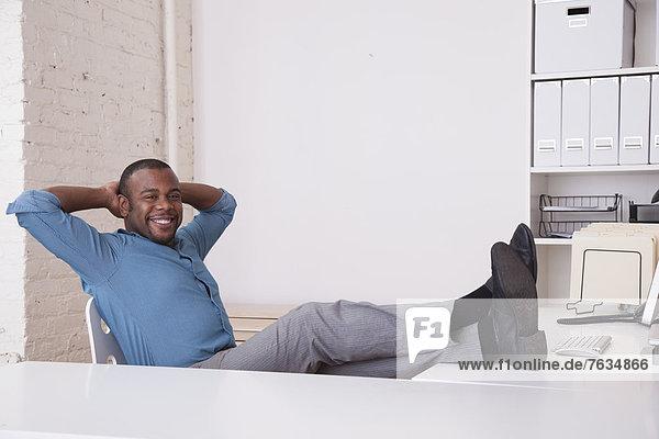 hoch  oben  sitzend  Schreibtisch  Geschäftsmann  schwarz
