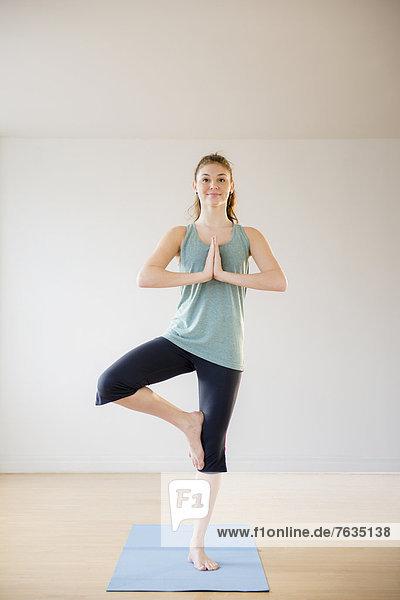 Hispanier  üben  Yoga  Studioaufnahme  Mädchen