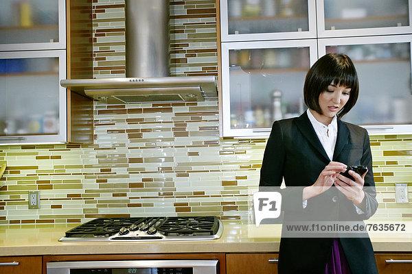 Handy  benutzen  Geschäftsfrau  Küche  mischen  Mixed