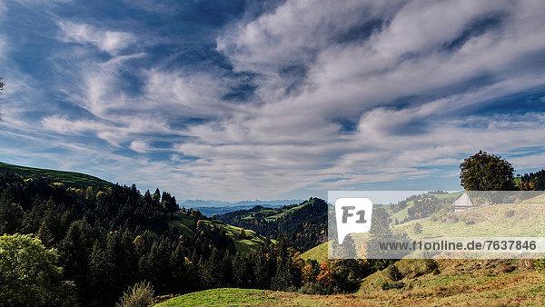 Landschaftlich schön landschaftlich reizvoll Bauernhaus Europa Wolke Wohnhaus Himmel Garten Wald Holz Alpen blau Emmentaler Bern Kanton Bern Gericht Berglandschaft Schweiz