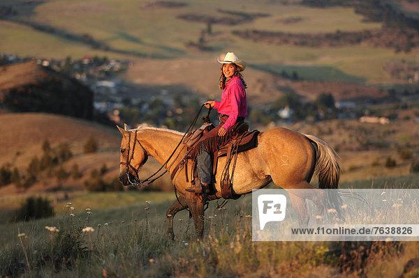 Vereinigte Staaten von Amerika  USA  Portrait  Frau  Freundschaft  Amerika  lächeln  Hügel  Hut  Tal  reiten - Pferd  Mädchen  Cowgirl  Fossil  Oregon