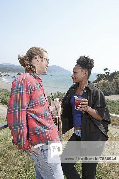 Vereinigte Staaten von Amerika  USA  Frau  Mann  Amerika  Küste  Tourist  Reise  schwarz  mischen  Nordamerika  Ansicht  Terrasse  Blick in die Kamera  Mädchen  Tisch  Mixed  Oregon