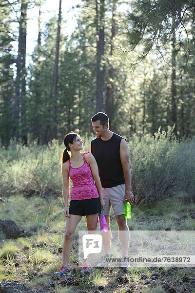 Vereinigte Staaten von Amerika  USA  Frau  Mann  Amerika  folgen  rennen  Wald  Nordamerika  Außenaufnahme  Oregon