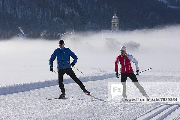 Frau Winter Mann Ski Langlaufski Kanton Graubünden Wintersport