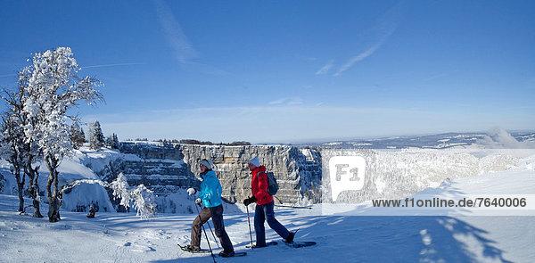 Felsbrocken Panorama Schneeschuh Frau Berg Winter Mann Stein gehen Steilküste Tagesausflug wandern Bergwandern Schnee Wintersport