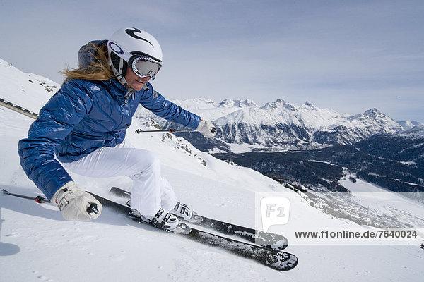 Freizeit Wintersport Frau Winter Sport Abenteuer schnitzen Skisport Ski Kanton Graubünden