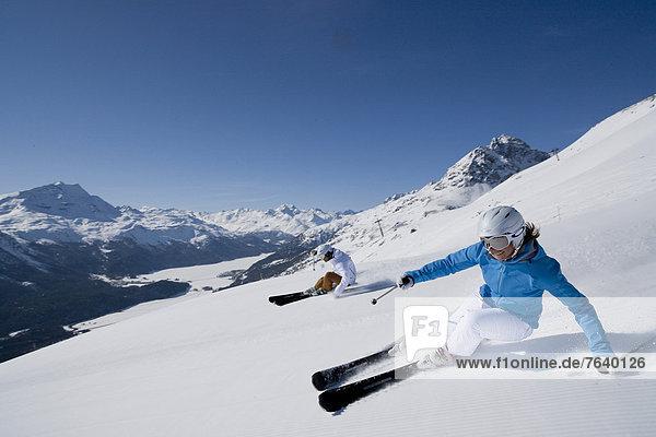 Frau Berg Winter Mann schnitzen Skisport Ski Ansicht Kanton Graubünden Wintersport