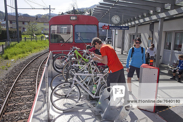 Frau Mann Fahrrad Rad Fernverkehrsstraße Zug Fahrrad fahren