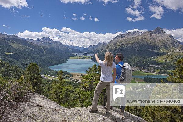 Frau Berg Mann gehen See wandern Kanton Graubünden Bergsee trekking