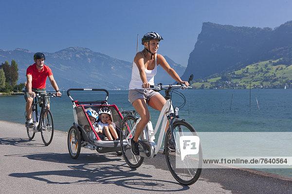Frau Mann Fahrrad Rad Stadt Großstadt See Fahrrad fahren Zentralschweiz