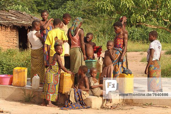 Mensch  Ziehbrunnen  Brunnen  Ethnisches Erscheinungsbild  Afrika  Regenwald