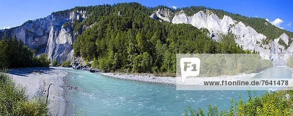 Felsbrocken Europa Steilküste Wald fließen Fluss Holz Surselva Schlucht Kanton Graubünden Erosion Schweiz