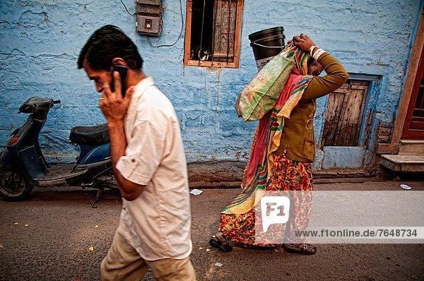 Handy  Frau  Mann  sprechen  tragen  Tasche  Straße  Stadt  blau  Kurznachricht  typisch  Indien  Jodhpur  alt  Rajasthan