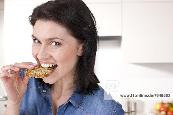 Haferflocke Frau essen essend isst Keks