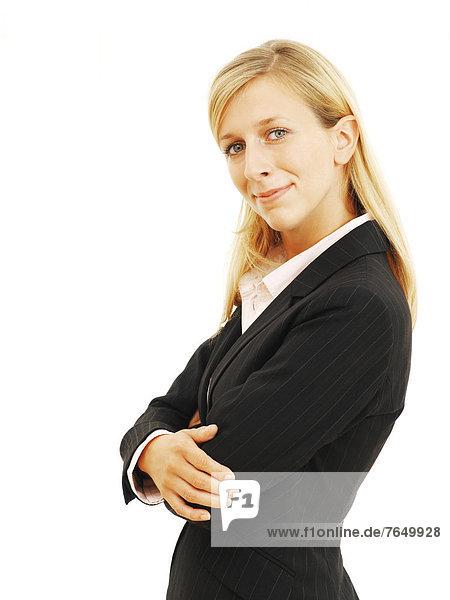 Geschäftsfrau  lächelnd  mit verschränkten Armen