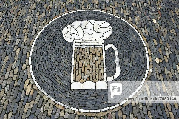 Bierglas  Steinmosaik vor einer Kneipe  Freiburg im Breisgau  Baden-Württemberg  Deutschland  Europa