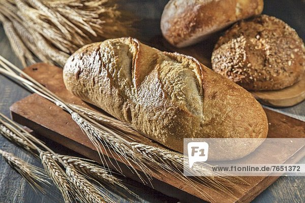 Verschiedene Brote mit Weizenähren