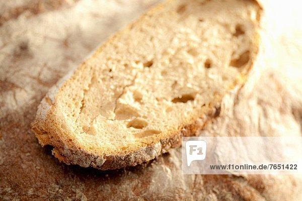 Brotscheibe auf Brot (Nahaufnahme)
