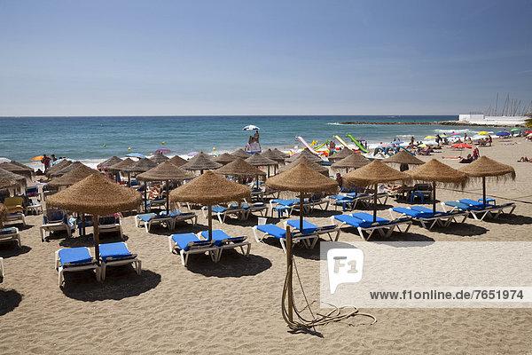 Europa  Strand  Regenschirm  Schirm  Bett  Sand  Sonnenschirm  Schirm  Andalusien  Marbella  Spanien  Sonne