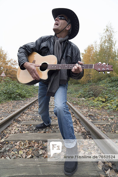 Spur  Europa  Mann  Hut  Senior  Senioren  Jacke  schwarz  Gesang  Jeans  Kleidung  Cowboy  Deutschland  Hagen  Leder  Niedersachsen  Zug
