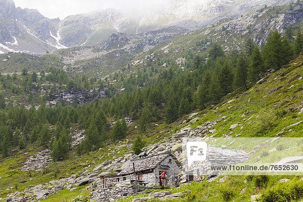 Kleine Menschengruppe  Kleine Menschengruppen  Hütte  Europa  Berg  Mann  ankommen  wandern  Schweiz Kleine Menschengruppe, Kleine Menschengruppen ,Hütte ,Europa ,Berg ,Mann ,ankommen ,wandern ,Schweiz