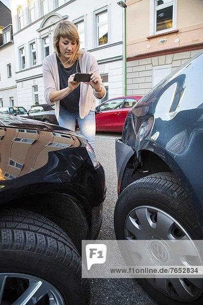 Handy  Feuerleiter  Verkehrsunfall  Unfall  Kollision  Frau  Fotografie  nehmen  Auto  Verkehr  drehen  Unfall  beschädigt  Ausgang