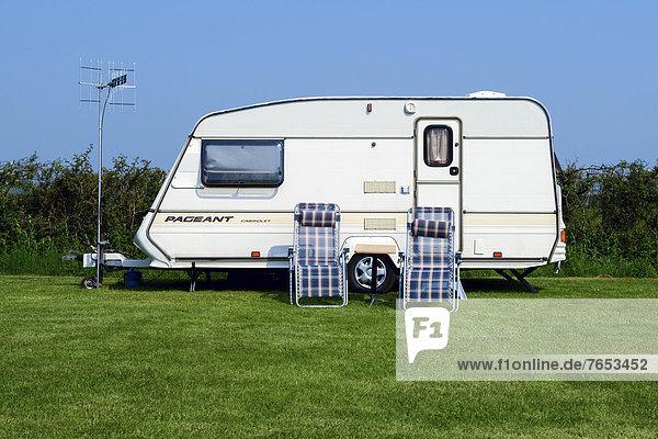 Karawane  Europa  Stuhl  Großbritannien  Fernsehen  Terrasse  Antenne  Campingwagen