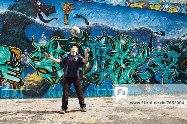 Europa  bedecken  Wand  Spiel  frontal  Fußballfeld  10-13 Jahre  10 bis 13 Jahre  Köln  Football  Deutschland  Graffiti  Nordrhein-Westfalen