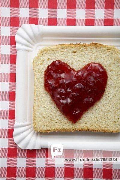 Toast mit Marmeladenherz