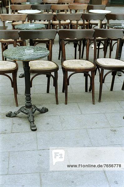 Leere Stühle - Straßencafe