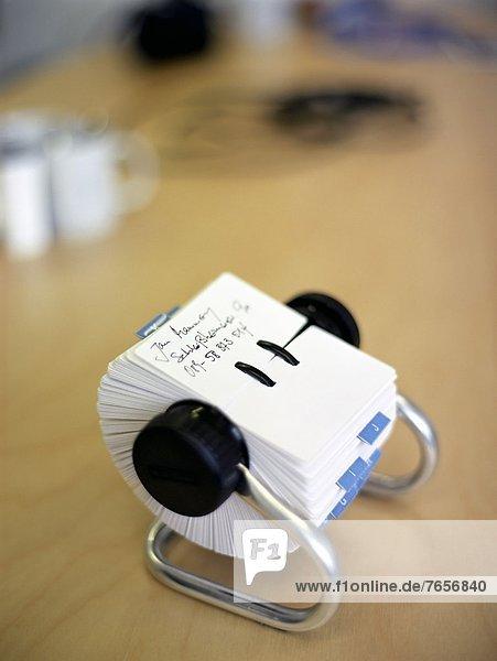 Eine Rollkartei auf einem beigen Schreibtisch - Bürobedarf