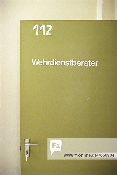 Grüne Tür mit der Aufschrift Wehrdienstberater - Musterung - Militär