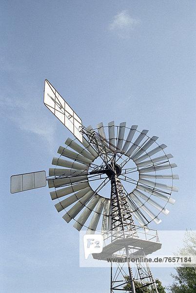 Metallisches Windrad mit Solardetektoren - Alternative Engergie - Sonne - Wind