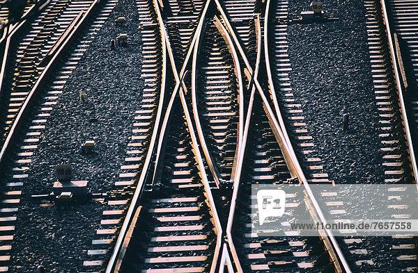 Sich kreuzende Eisenbahnschienen - Schienenverkehr - Muster