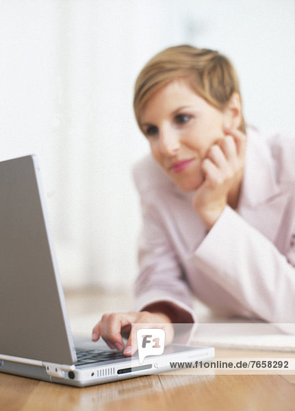 Blonde Geschäftsfrau mit Laptop