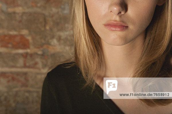 Ausgeschnittenes Porträt einer jungen Frau