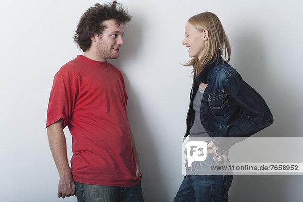 Junger Mann und junge Frau im Gespräch