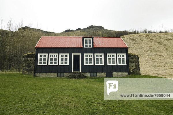 Typisches isländisches Haus mit rotem Dach  Island