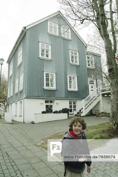 Lächelnder Junge in einer Stadt,  Reykjavik