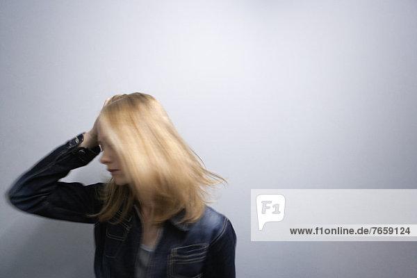 Junge Frau  die Haare wirft  Kopf haltend